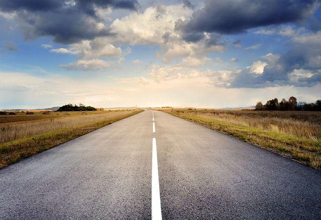 ¿Por qué hay líneas blancas y amarillas en las carreteras?