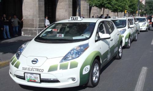 Ya circula por Zaragoza el primer taxi eléctrico de España